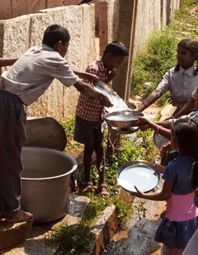 12. Lavando los platos